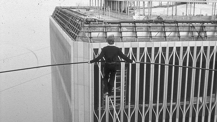 La increíble historia de Philippe Petit, el equilibrista que cruzó las Torres Gemelas